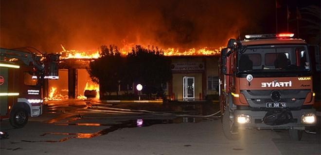 Karayolları hizmet binası ve araçları yangında küle döndü!