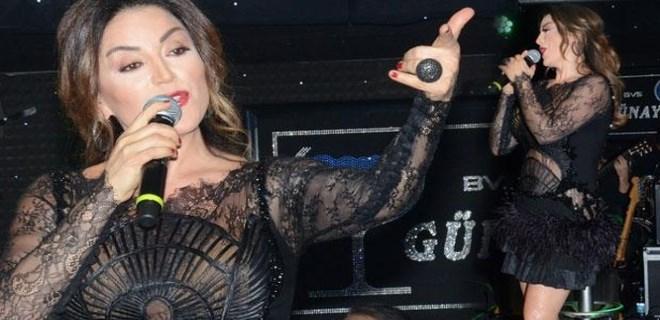 Aşkın Nur Yengi sahnede cesaretini konuşturdu