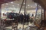 Bursa'da araç, ünlü köfteci restoranına girdi!