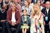 Kısa bir süre önce ikiz bebek  beklediğini açıklayan Beyonce, eşi Jay-Z ve kızı Blue Ivy'le 2017...