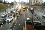 Servis aracı metrobüse çarptı!