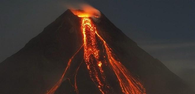 Endonezya'da yanardağ son 24 saatte 7 kez patladı!
