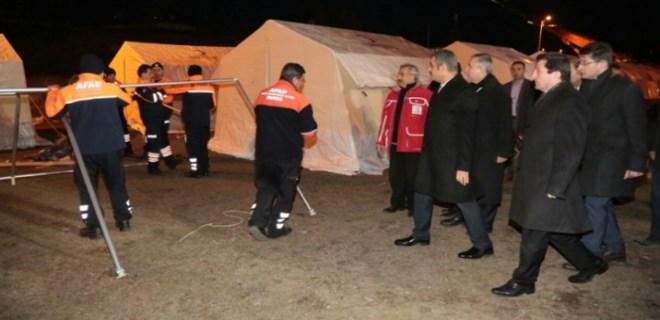 Depremzedeler geceyi çadır kentte geçirdi
