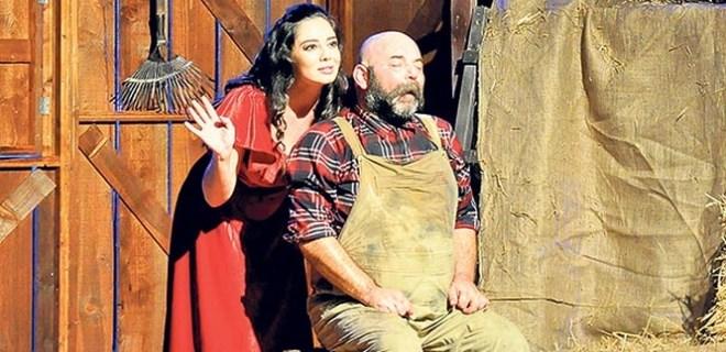 Merve Sevi tiyatro sahnesinde olay yarattı