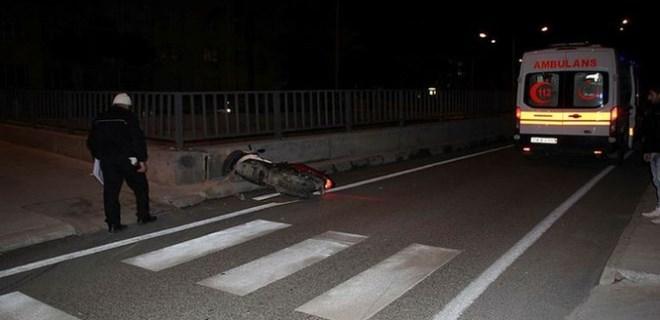 Motosikletli şahıs belediye çalışanına çarpıp kaçtı!