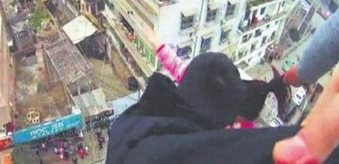 Çatıdan atlayan eşini saçlarından yakaladı