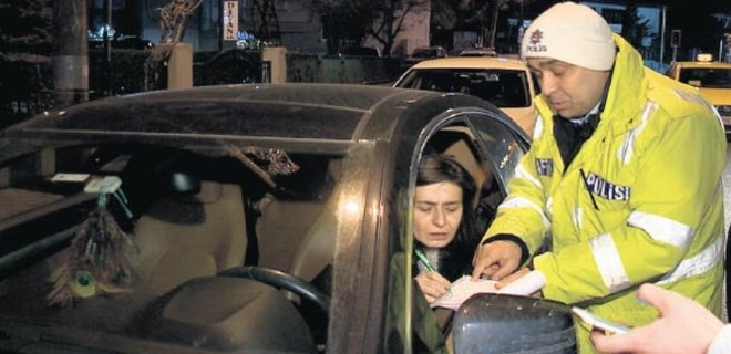 Yıldız Tilbe ceza yapan polisi takdir etti!