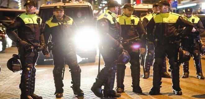 Hollanda polisi konsolosluk önünde müdahalede bulundu
