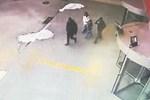 Üç çocuğunu sınır kapısında bırakıp kayboldu!