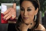Aşkın Nur Yengi 300 bin TL'lik yüzüğü taktı!
