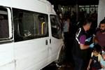 Sokakta oturanlara minibüs çarptı!