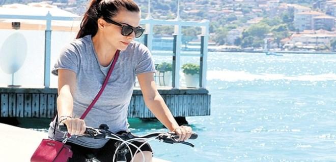 Karnı burnunda Burcu Kara bisiklet sürüyor!