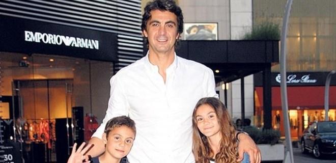 İbrahim Kutluay çocuklarıyla AVM turunda