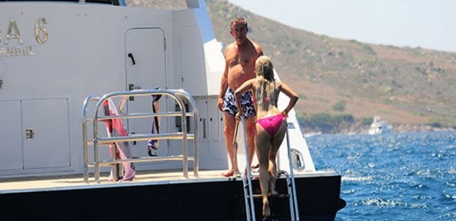 Ali Ağaoğlu sevgilisiyle tatilde