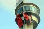 Kuleye Türk bayrağı ve Erdoğan posteri