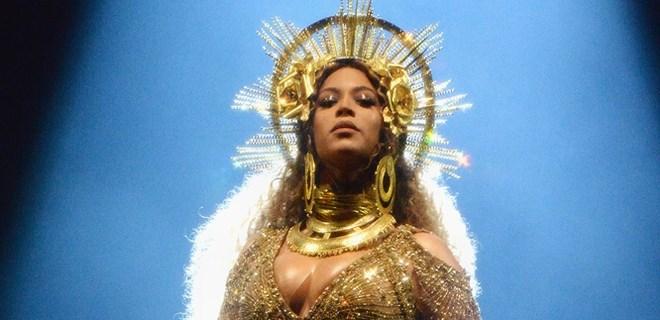 Beyonce ikizlerinin yüzünü gösterdi