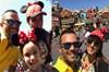 Zuhal Topal ailesiyle birlikte Disneyland'de
