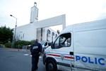 Fransa'da cami önünde silahlı çatışma
