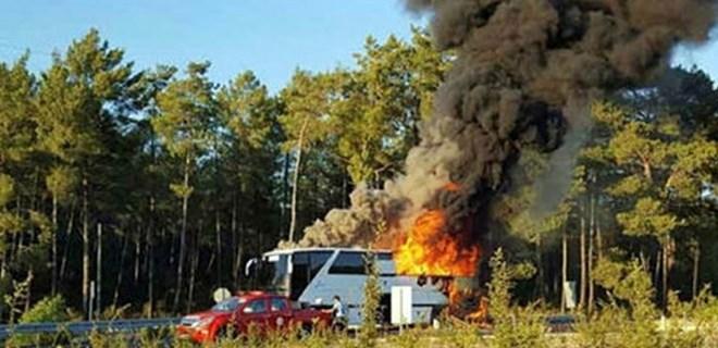Tur otobüsü içinde yolcular varken yandı!