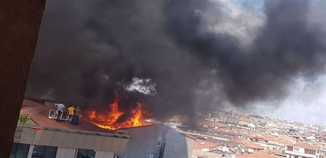 Ataşehir'de 7 katlı binada korkutan yangın
