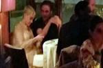 Restoranda yakınlaştılar!