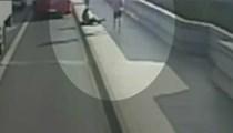 Köprüde yürüyen kadın ucuz kurtuldu