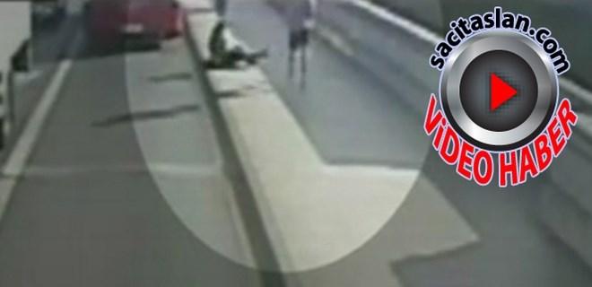 Koşarken çarptığı kadın otobüsün altında kalıyordu
