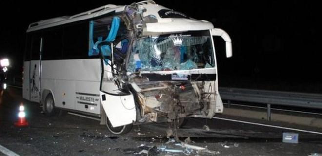 Manisa'da minibüs TIR'a arkadan çarptı!