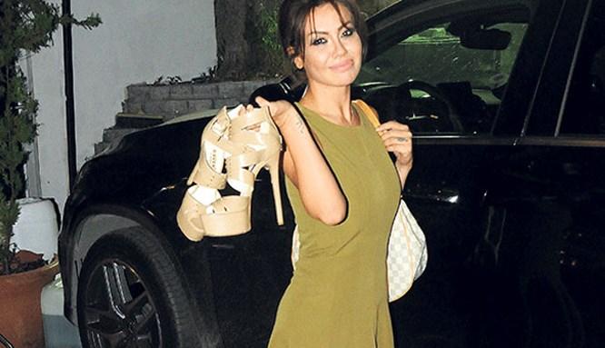 Lara ayakkabıları elinde gezdi!