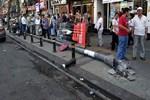 İstanbul'un ortasında kafalarına direk düştü!