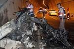 Tünelde bariyerlere çarpan otomobil ikiye bölündü!