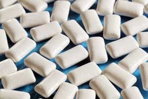 Şekersiz sakızla dişleri koruyun