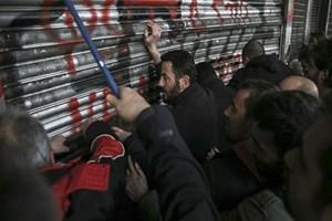 Yunanistan'da göstericiler Çalışma Bakanlığı'nı işgal etti!