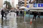 İzmir'de deniz taştı, hayat felç oldu!