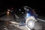 Feci kazada otomobil ikiye bölündü!
