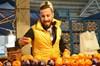 Bursa'da pazarda mandalina satarken güzel sesiyle dikkat çekip sosyal medyada şöhret olan Veysel...