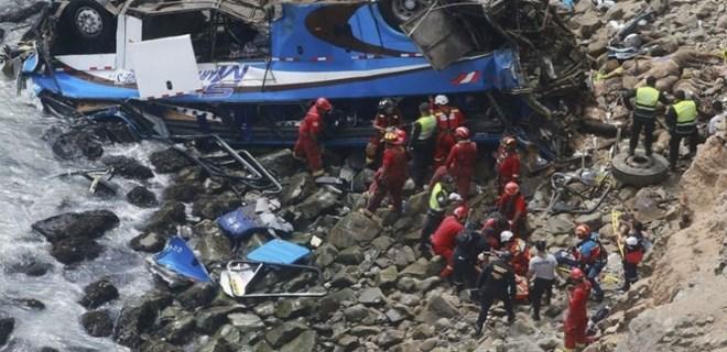 Peru'da yolcu otobüsü kayalıklara uçtu!