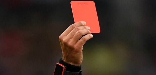 Kırmızı kart gösterdi, canından oldu!