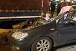 Otomobil tırın altına girdi!