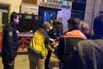 Bıçakla yaralandı, polis merkezi önünde yere yığıldı!