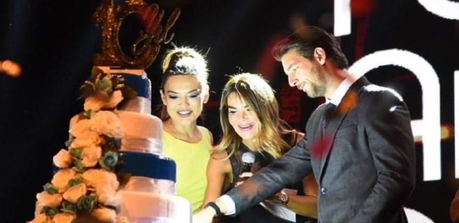 Demet Akalın'dan Özlem Yıldız'a düğün pastası temennisi