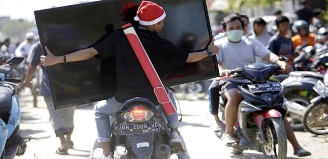 Endonezya'da şimdi de yağmalama başladı!