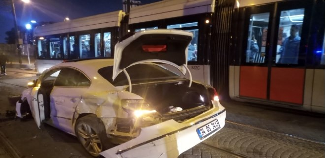 Cevizlibağ'da otomobil tramvaya çarptı!