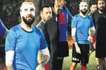 Maskeli Berkay halı saha maçı yaptı