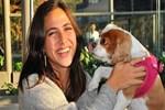 Zehra Çilingiroğlu köpeğini kucağından indirmedi