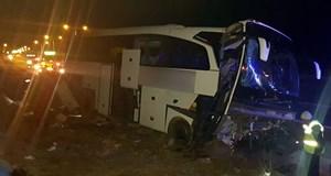 Niğde'de otobüs refüje çarptı