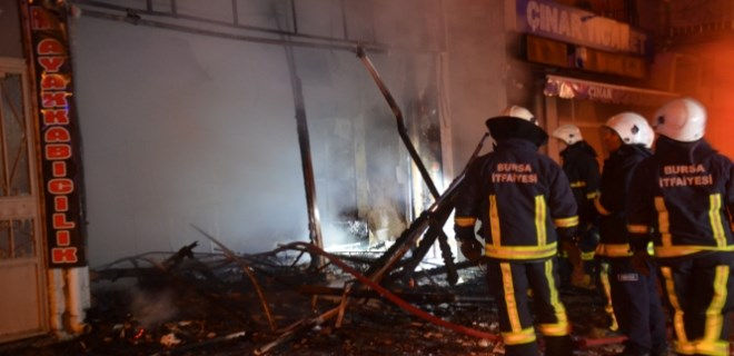 Dükkanda patlama meydana geldi mahalleli sokağa döküldü