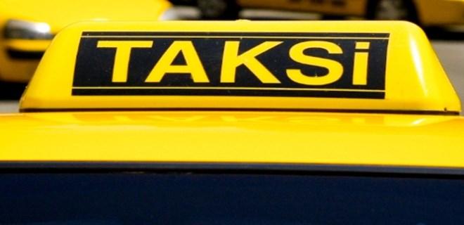 Dolandırmak istediği turistlere tüküren taksici yakalandı!