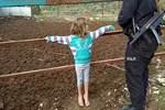 Babalarının çite bağladığı 2 çocuğu polis kurtardı