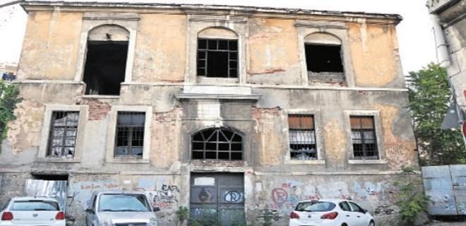 Khorenyan Ermeni İlkokulu binası kurtulmayı bekliyor